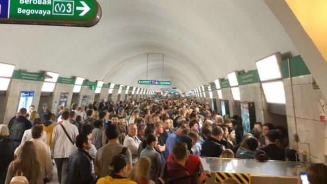 В петербургском метро поезда ходят по зеленой ветке с увеличенным интервалом