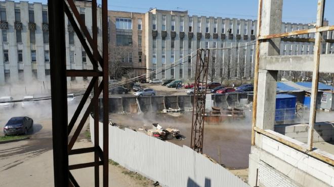 На Ленинском прорвало трубу с кипятком: никто не пострадал