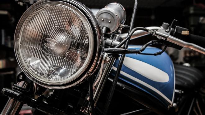 На КАД мотоциклист врезался в ограждение и погиб
