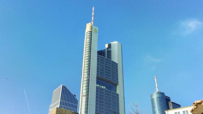 Commerzbank получил прибыль в 1-м квартале против убытка годом ранее