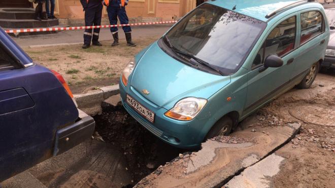 В переулке Макаренко машина провалились под землю