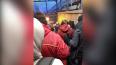 Огромная очередь столпилась у входа в вестибюль станции ...