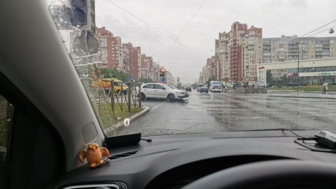 Skoda и Honda столкнулись на перекрестке Савушкина и Туристской