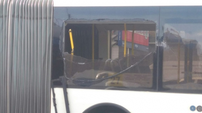 На Заневском проспекте «рог» троллейбуса разбил окно автобуса и ранил кондуктора