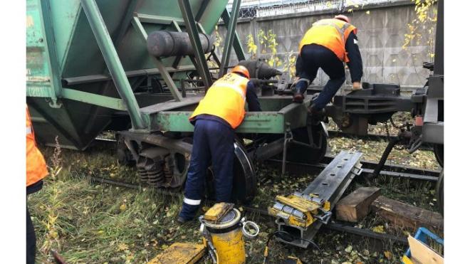 В Петербурге вагоны грузового поезда сошли с путей
