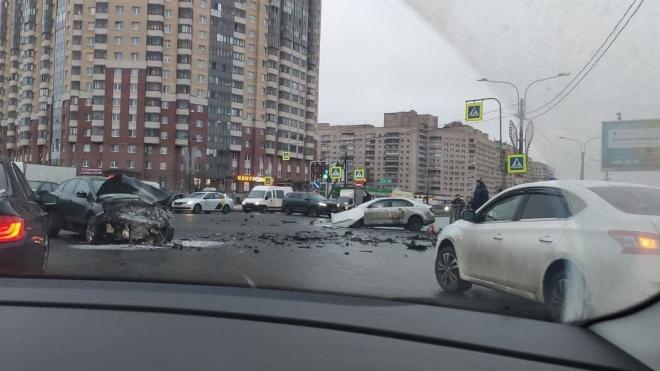 На перекрестке Российского и Товарищеского столкнулись две легковушки