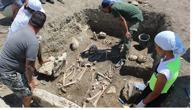 Археологи нашли в Крыму нетронутый античный склеп воинов