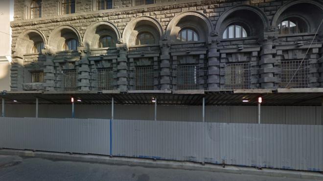 С тротуара у дома Вавельберга на Невском проспекте убрали ограждения