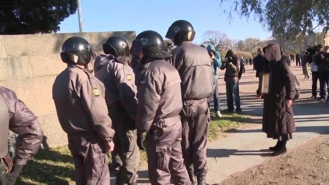 В Ленобласти 13 мигрантов сбежали из спецприемника, проломив дыру в стене