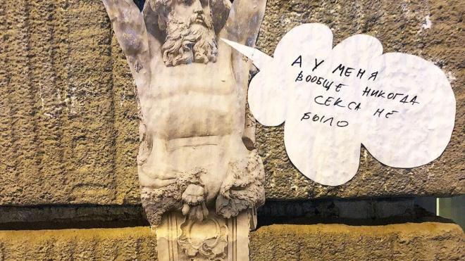Петербургские улицы украсили морально поддерживающие атланты