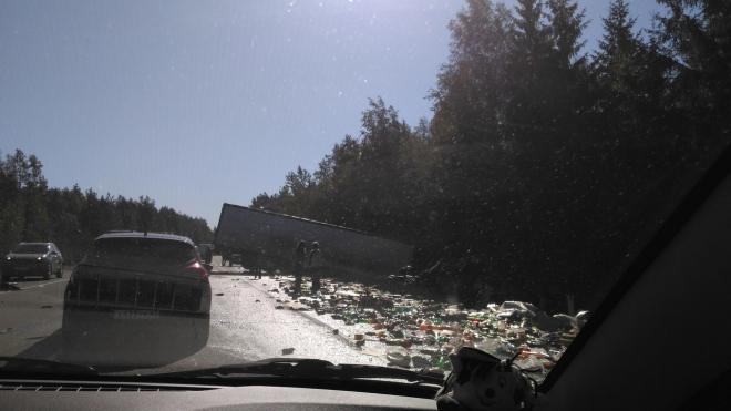 На Выборгском шоссе произошло ДТП с чипсами и напитками