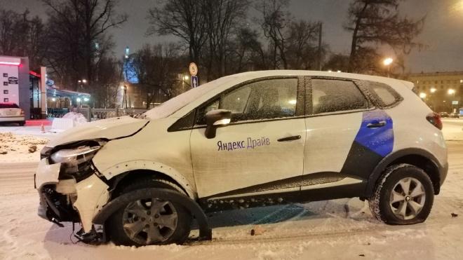"Разбитый ""Яндекс.Драйв"" бросили посреди дороги на Петроградке"