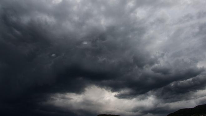 В город идет по-питерски осенняя погода: мокрый снег и сильный ветер