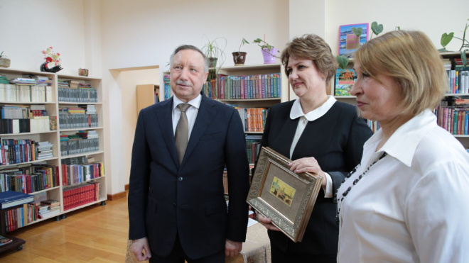 """Беглов подарил туркменским школьникам """"Блокадную книгу"""" Гранина"""
