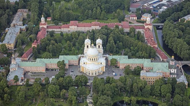 Сотрудник Александро-Невской Лавры забрался с ножом на крышу монастыря