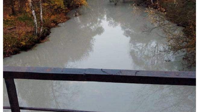 Река Лубья окрасилась в серый, а Славянка покрылась пленкой