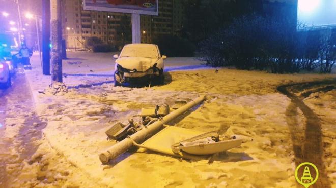 В Приморском районе автомобиль наехал на бордюр и снес два столба