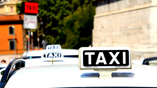 Подростки в Выборге ранили таксиста ножом и угнали Logan