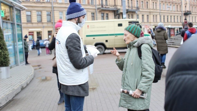 Волонтеры раздали петербуржцам средства личной гигиены и памятки