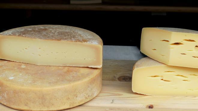 Любители сыра вынесли из гипермаркета на Планерной продуктов на 15 тысяч рублей