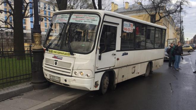 На Кирочной маршрутка с пассажирами врезалась в столб и-за отказа тормозов