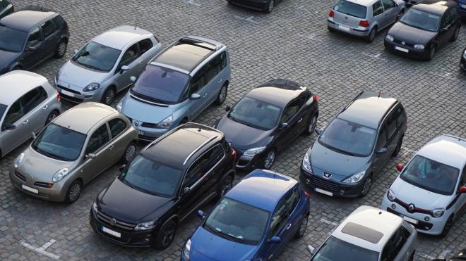 В Петербурге усилят контроль за парковкой на газонах