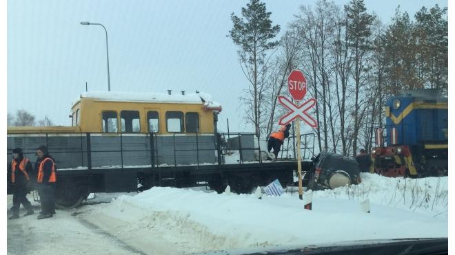 Жесть: под Уфой поезд на полной скорости протаранил иномарку