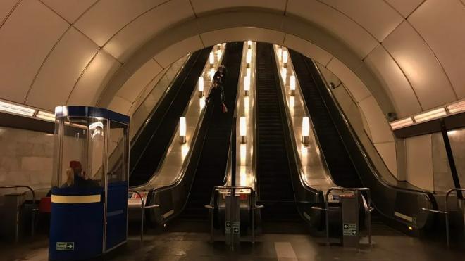 На центральных станциях метро Петербурга светильники заменят на современные лампы