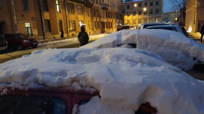 В Петербурге работники ЖЭКа разбили автомобиль глыбой льда