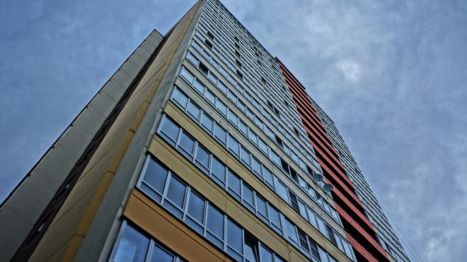 На Невском проспекте мужчина выпал с пятого этажа