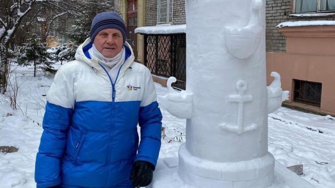 В Петербурге пенсионер вылепил из снега Ростральную колонну