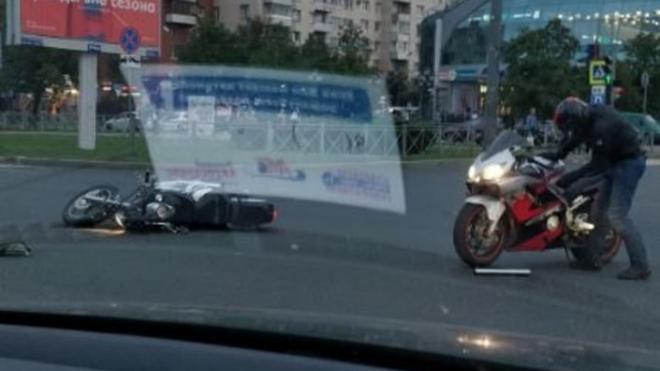 На Ленинском столкнулись два мотоциклиста
