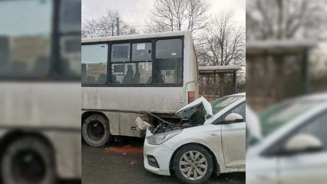 """Легковушка """"остановила"""" маршрутку у площади Калинина"""