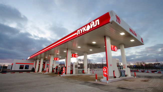 ФАС проконтролирует цены на АЗС «Лукойла» и «Роснефти» в Петербурге