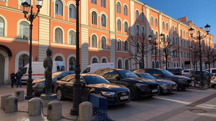 Жители Центрального района Петербурга возмущены неуважительным отношением к памятнику городовому на Малой Конюшенной