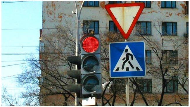 В Петербурге защитят от незаконной рекламы светофоры и дорожные знаки