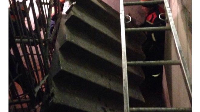 В парадной на Сикейроса обрушилась лестница