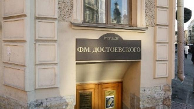 На доме Достоевского появилось первое световое граффити в Петербурге