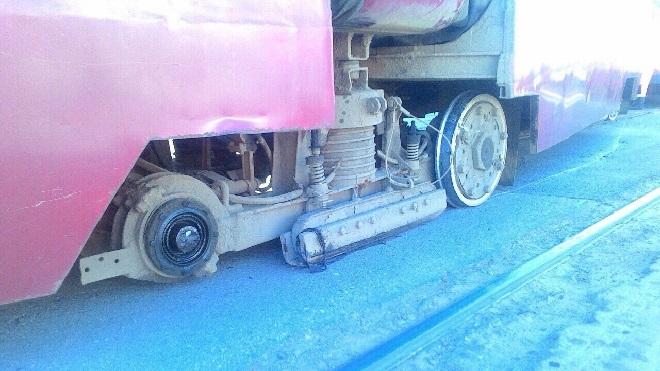 На Ириновском трамвай потерял колесо и сошел с рельсов