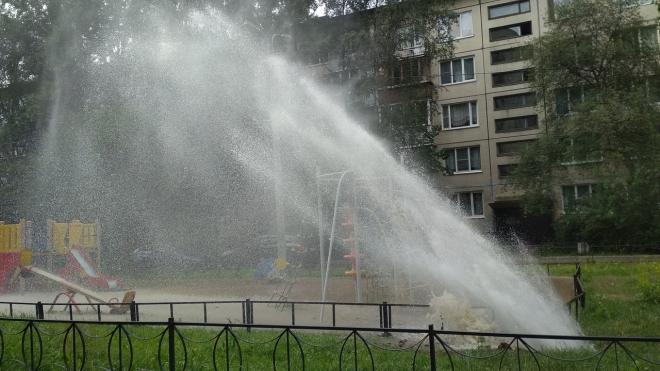 На детской площадке в Купчино утром неожиданно забили фонтаны