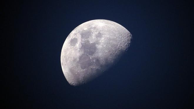 Рогозин не видит смысла участвовать в лунной гонке с США