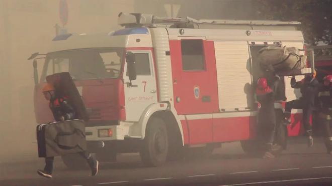 Пожар на Балтийском заводе тушат 48 спасателей МЧС