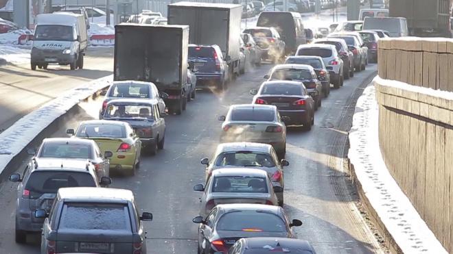 С утра петербургские водители встали в семибалльные пробки