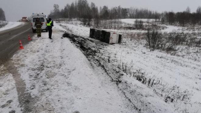 В Кемеровской области автобус с пассажирами улетел в кювет и перевернулся