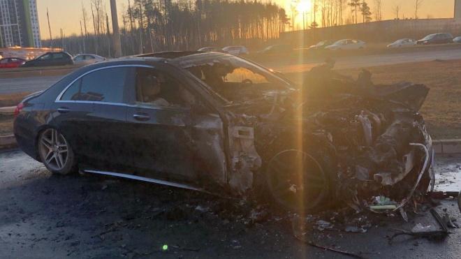 Ночью на Шуваловском проспекте сгорел Mercedes