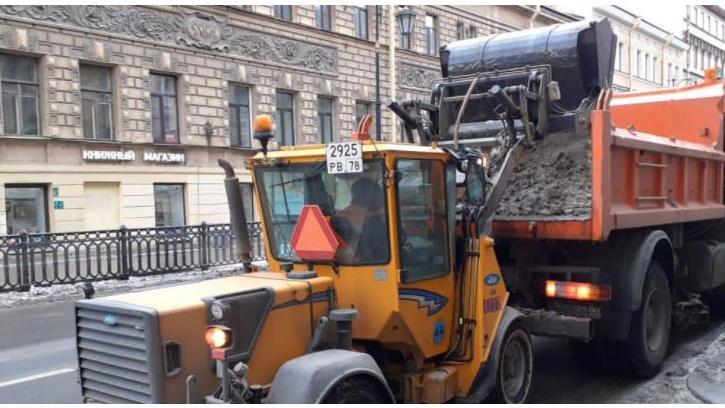 В плюсовую погоду улицы Петербурга приводят в порядок 900 единиц техники
