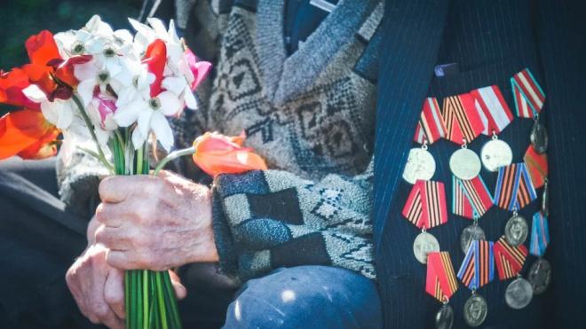 На Васильевском острове у дома 101-летнего ветерана состоялся мини-парад