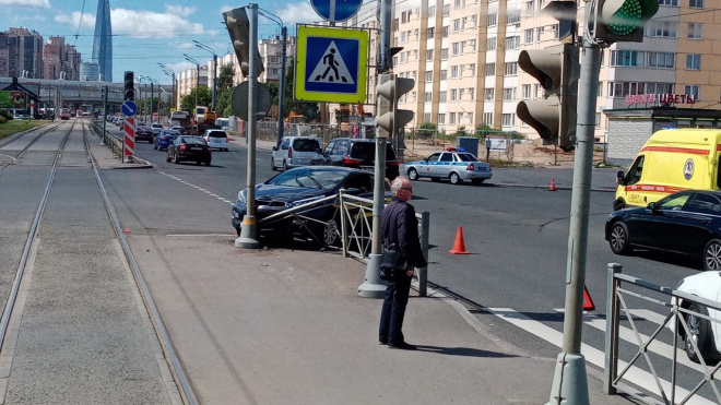 Водитель во время эпилептического припадка снес светофор в Приморском районе