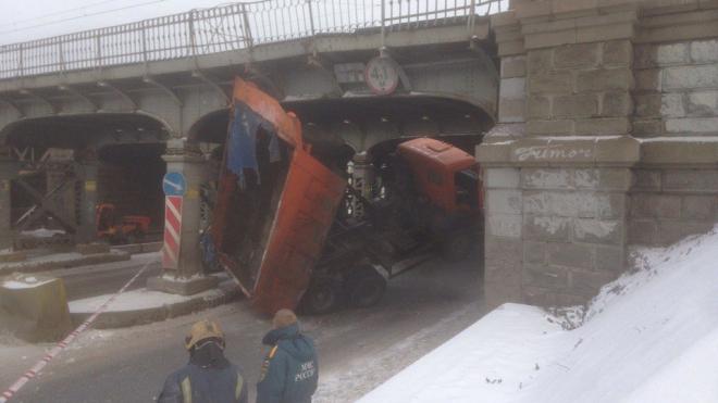 КАМАЗ застрял под мостом и перегородил движение на Обводном