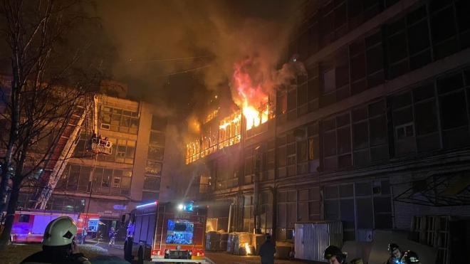 Пожар на Петергофском шоссе тушили целую ночь